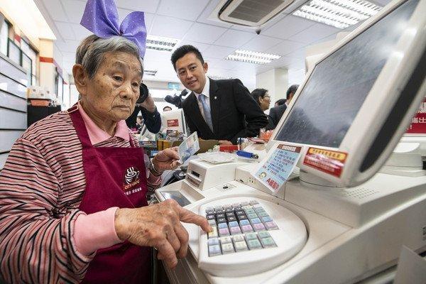 讓失智老人為您服務吧 新竹首間「幾點了咖啡館」開張!