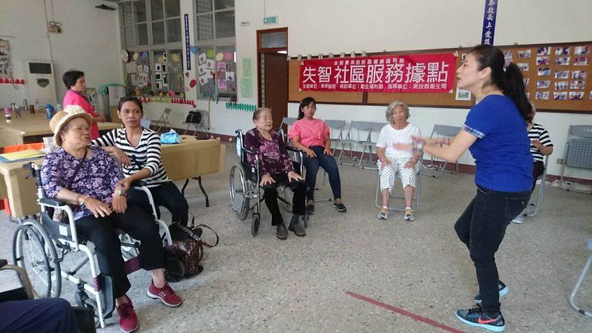 南投東華醫院開辦課程 外籍看護陪同老人上課唱歌跳舞改善失智