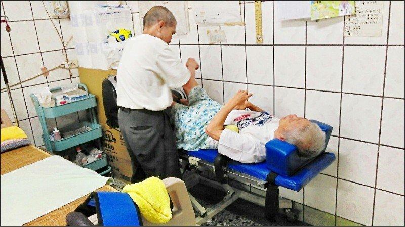 長照補助獨力照顧癱瘓妻的老人
